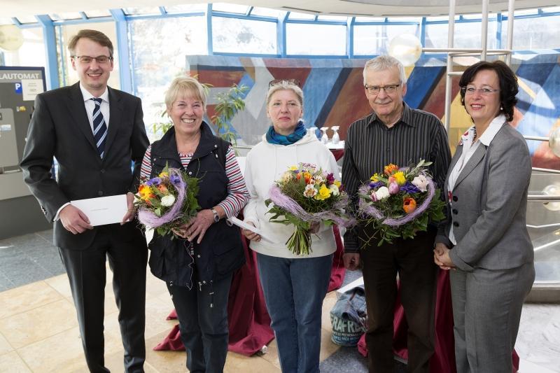 Begrüßung der Ehrenbadegaste im Leuze Minerlabad: Erster Bürgermeister Michael Föll, Karin Bechtle, Elke Dietrich, Dieter Nieddtfeld und Anke Senne (v.l.n.r.) Foto: Stadt Stuttgart